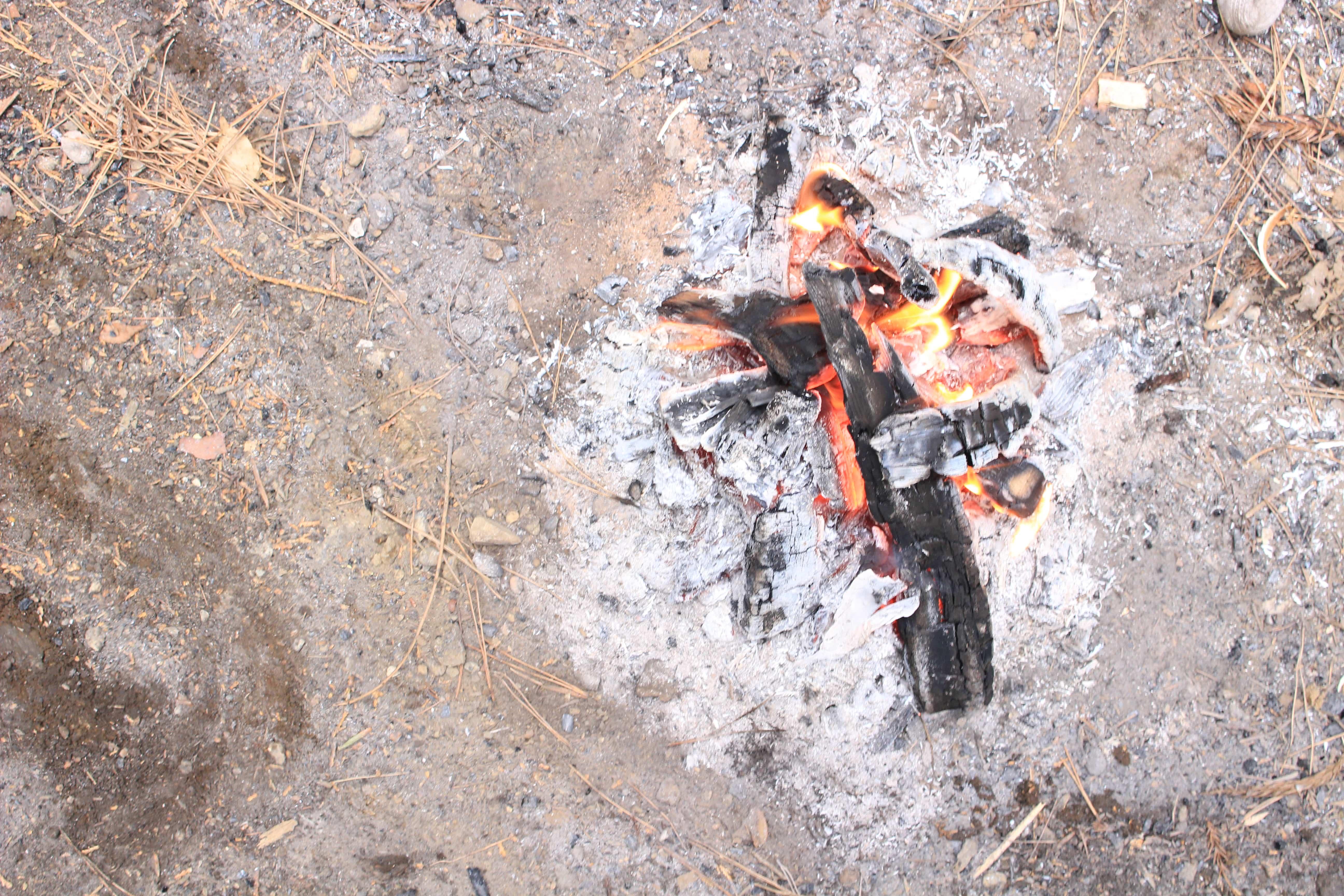 意外と知られていない?キャンプ場での焚火のマナーやルール。